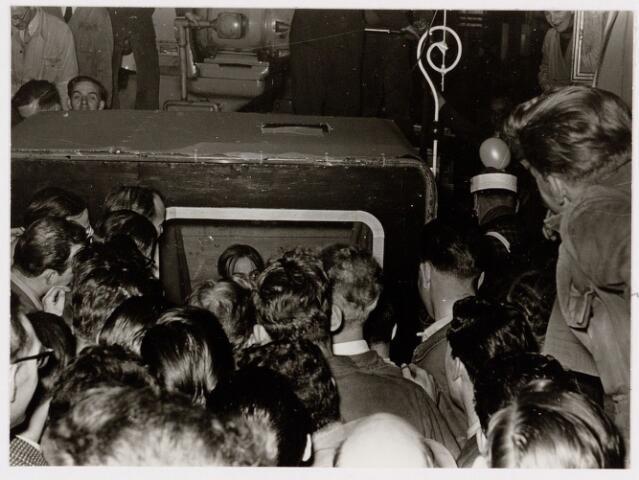 """050146 - Volt, Ontspanning, Sint Nicolaas. Sinterklaas op bezoek bij de afdelingen  Gereedschapmakerij en Metaalwaren van Volt omstreeks 1955. Deze keer als televisiesterren. De staf was omgebouwd als antenne en """"omroepster"""" Frans Zebregts is in beeld. Men wist steeds iets nieuws te bedenken."""