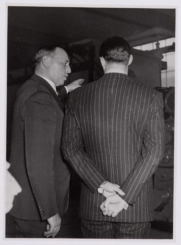 037665 - Textielindustrie. Informeel gesprek tussen prins Bernhard en directeur Enneking van wollenstoffenfabriek H. F. C. Enneking tijdens het bezoek van de prins op 13 november 1950