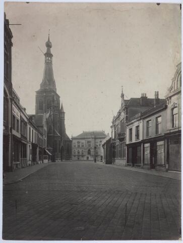 027794 - Oude Markt 7-5-3 (rechts). 7: sigarenzaak Dames van Riel. De Markt met op de achtergrond het stadhuis, vanaf de Heuvelstraat.