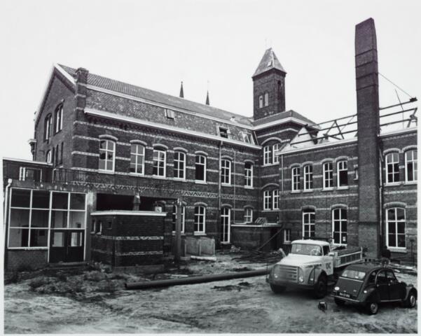 025346 - Sloop van het St. Josephgasthuis aan de Lange Nieuwstraat in 1977
