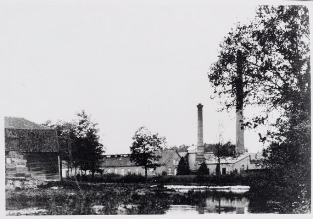 045792 - Gezicht op het fabriekscomplex van de firma H. van Puijenbroek rond de eeuwwisseling. Links op de voorgrond de Goirlese watermolen.