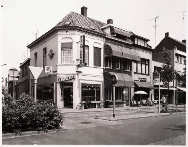 033397 - Tivolistraat met links het laatste pand van deze straat op de hoek van de Veemarktstraat: foto Mulder aan de Tivolistraat 81.