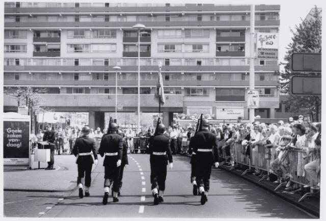 101791 - Defilé voor het gemeentehuis ter gelegenheid van het afscheid van de WillemII kazerne