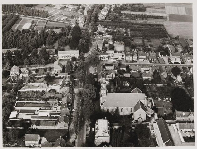 080399 - Luchtfoto's van Udenhout. In het midden het raadhuis, met het torentje.