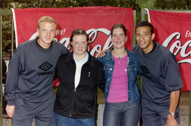 1237_001_031_015 - Sport. Voetbal. Promotour. Willem II spelers Dmitri Shoukov (links) en Raymond Victoria (rechts) poseren met twee supporters.