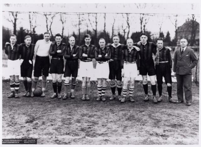 051996 - Hoger Voortgezet Onderwijs. R.K. Studentenvereniging St. Olof. Het voetbalelftal van het Tilburgs studentencorps St. Olof.