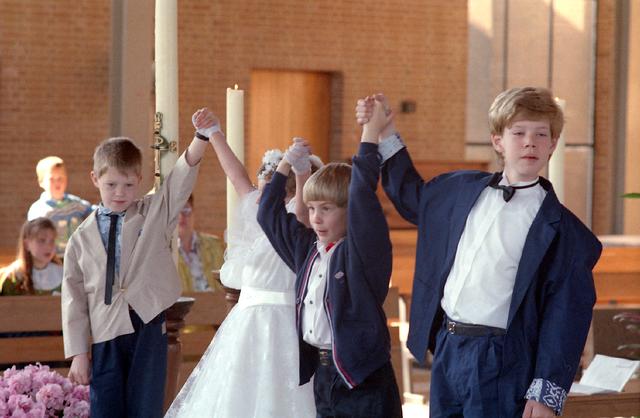 655311 - Kerk. Katholiek. Religie. Communicanten. Eerste Heilige Communie viering in de Tilburgse Lourdeskerk op 21 april 1991.