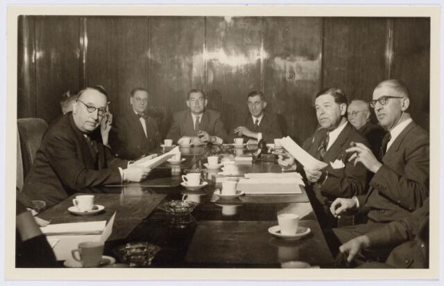 104186_02 - Energievoorziening. Identificatie tijdens de officiele overdracht van Gas- en Electriciteitsbedrijf (GEB) aan de PNEM; v.l.n.r. de burgemeester baron Van Voorst tot Voorst wethouder van Ierland, wethouder Pontzen, Jansen van GEB, Oomes, notaris E. van Spaendonck (1900-1989) en kandidaat-notaris Morsch.