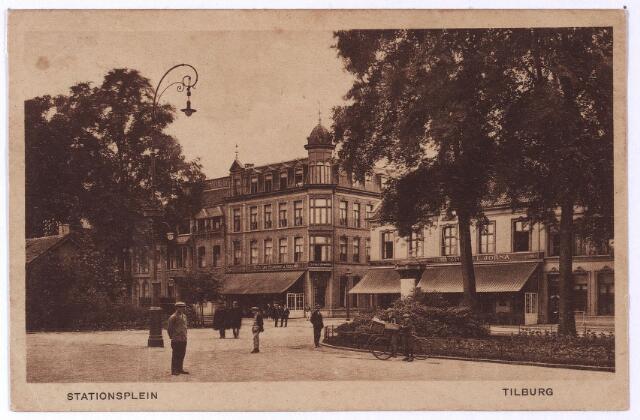 002165 - Spoorlaan met op de voorgrond het stationsplein. In het midden op de achtergrond het hotel van J. Adelaars op de hoek van de Langestraat, bekend als hotel 'de la Station', later hotel 'Victoria'. Rechts hiervan hotel 'Suisse'. Links een 'Jugendstil' straatlantaarn.