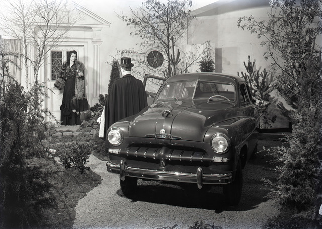 653834 - Showroom van garage Knegtel. De auto is een Ford Vedette, geproduceerd van 1948 tot 1954.