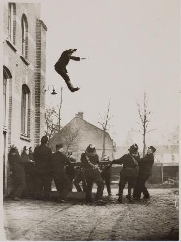 103691 - Brandweer. brandweer oefening, iemand springt in vangzeil.