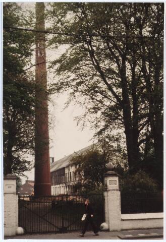 024725 - Schoorsteen en een gebouw van de voormalige wollenstoffenfabriek Diepen aan de Korvelseweg