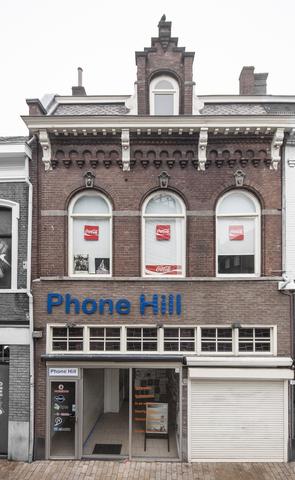 1611_003 - Heuvelstraat in Beeld. De bovenlichten van de etalage pui vallen op. Ze werden in 1934 bij de vernieuwing van het winkelpand aangebracht, in de jaren 80 van de vorige eeuw verdwenen ze maar bij de laatste verbouwing zijn ze weer teruggeplaatst.