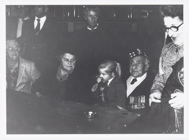 043392 - Op 27 oktober 1984 werden allerlei festiviteiten en herdenkingen gehouden b.g.v. 'Tilburg 40 jaar bevrijd'. In de Heuvelpoort bij overhandiging van zijn boek 1940-45 door Frans Janse aan Andrew Thornton.