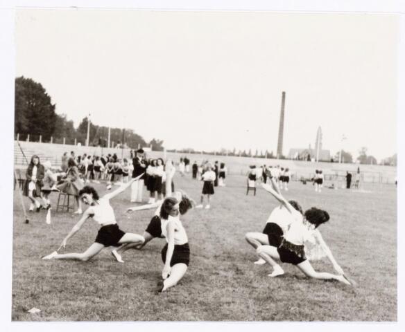 038815 - Volt Sport en ontspanning. Jubelfeest Zuid georganiseerd door de gymnastiekverenigingen Volt en Olympia op 5 sept 1948, ter gelegenheid van de troonswisseling tussen koningin Wilhelmina en koningin Juliana. Hier een grondoefening in het gemeentelijk stadion aan de Goirleseweg. Rechtsachter de kerk van Korvel.