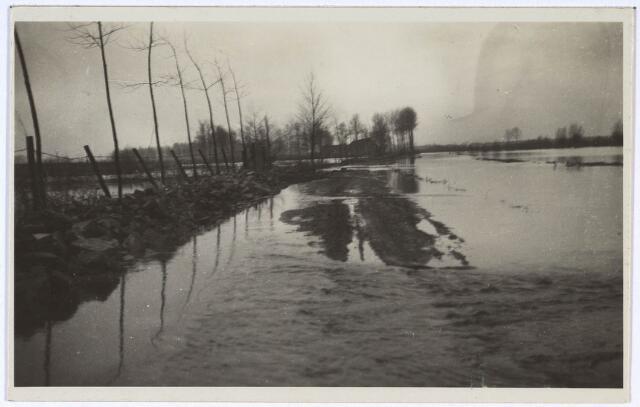 023990 - De Leij is buiten haar oevers getreden en zet een deel van Koningshoeven onder water. Foto 1930