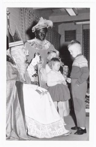038855 - Volt. Zuid. Sport en ontspanning. Viering Sint Nicolaas voor de kinderen van het personeel in 1960. Sint, Ab Haarlem en Piet, Jos Spijkers. Sinterklaas. St. Nicolaas