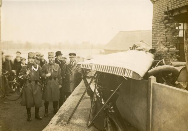 601998 - Vliegtuigongeval, waarschijnlijk in de omgeving van Tilburg. Uit deze periode zijn meerdere vliegtuigongevallen  bekend, maar geen waarbij een schuur of woning werd vernield. De man met bolhoed, in het midden naast de twee marechaussees, is Paulus Adrianus Josephus van Beurden. Hij werd geboren op 31 oktober 1906 te Tilburg als zoon van Henri F.A. van Beurden en Christine G.M.J.E. Teulings.