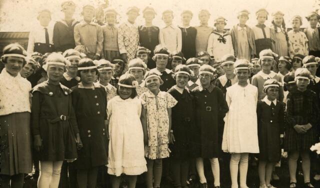 600209 - Leerlingen van de r.k. bijzondere meisjesschool van de parochie van de H. Familie (Broekhoven II)