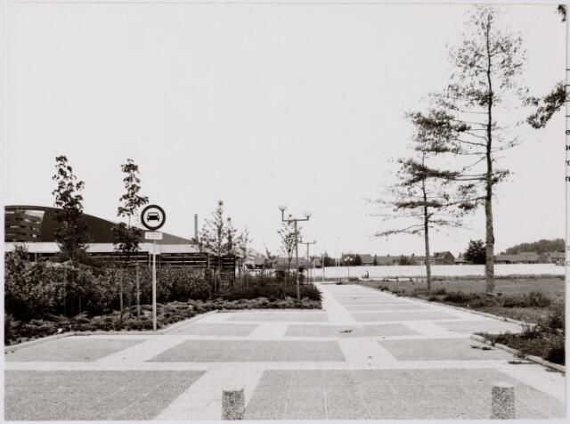 047102 - Plein 1803. Gemeentehuis, toegangsweg en het gebied van het toekomstig winkelcentrum de Hovel, gezien vanaf het Oranjeplein.