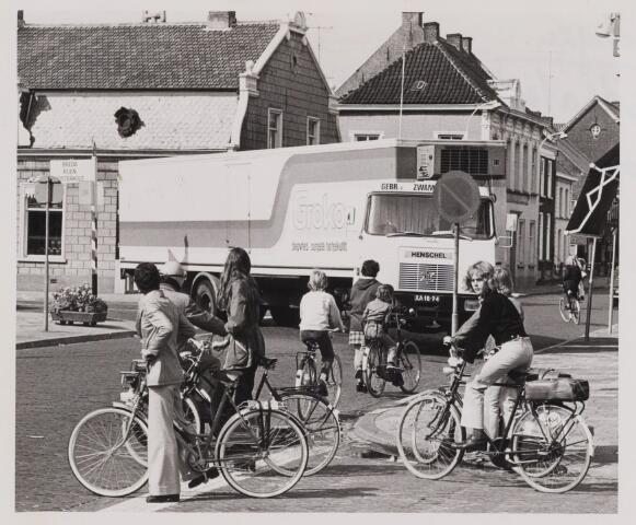 085867 - Hoek Hoge Ham-Gasthuisstraat. Te zien is hoe het vrachtverkeer zich wurmt door de straten in het centrum van Dongen.