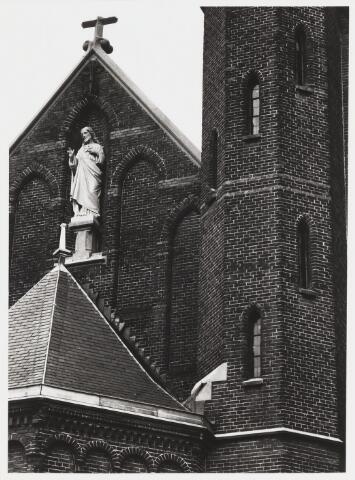 """068004 - Heilig HARTBEELD uit 1897 van Henricus P.L. van TIELRADEN (1854-1934) in de voorgevel van de Heikese Kerk, in de topgevel van de linkerzijbeuk. Materiaal: Savonnières (Franse kalksteen). De verering van het H. Hart van Jezus, als symbool van de Liefde van Christus, dateert uit de middeleeuwen, maar kwam vooral tot bloei door toedoen van Paus Pius IX.  In 1875 riep hij alle katholieken op tot het afleggen van een plechtige akte van toewijding aan het H. Hart van Jezus. Gezinnen, maar ook bedrijven, en zelfs hele steden, gaven collectief daaraan gehoor door het introniseren van een Heilig Hartbeeld. Tegelijkertijd werd ook Maria steeds meer vereerd onder de titel: """"Onze Lieve Vrouw van het Heilig Hart van Jezus"""". Zie ook vorige foto's nr. 68002 en 68003   Trefwoorde: kerkelijke kunst, openbare ruimte."""