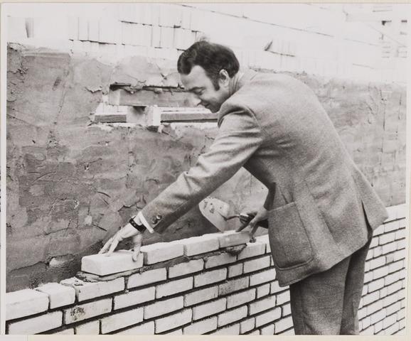 084949 - Burgemeester A.H.P. Hogenbosch legt de eerste steen voor bejaardenwoningen