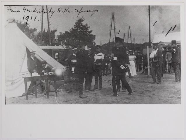 042330 - Koninklijke bezoeken. Prins Hendrik op bezoek bij de Tilburgse afdeling van het Rode Kruis