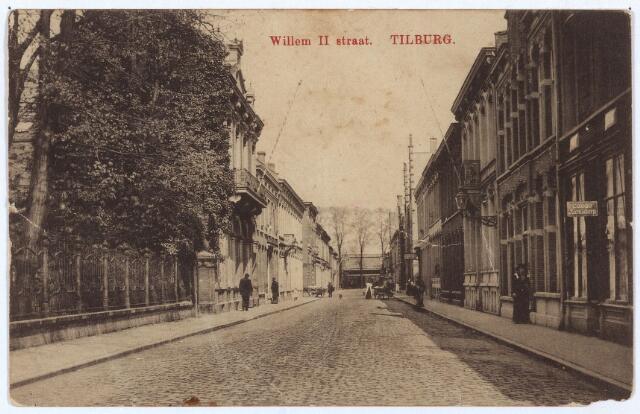 003004 - Willem II-straat richting Spoorlaan. Links het sociëteitsgebouw met tuin van 'Liedertafel Souvenir des Montagnards'. Geheel rechts pand N118, vanaf 1910 Willem II-straat 44. Rond 1900 woonden in dit pand huisschilder F.J. Dijkmans en modiste C.A. Dijkmans. Vervolgens de panden N116/117 vanaf 1910 Willem II-straat 40/42. Dit dubbel woonhuis in neo-renaissancestijl werd gebouwd in 1888 en staat op de gemeentelijke monumentenlijst. Ook het volgende huis, N115, vanaf 1910 Willem II-straat 38, staat op deze lijst. Dit patriciërshuis in eclectische stijl werd gebouwd rond 1880. De eerste bewoner was parapluiefabrikant Adrianus Cornelis Gimbrére, geboren te Tilburg op 5 oktober 1849 en getrouwd met Louise C.C. Melis. In 1896 brak brand uit in dit pand, maar de schade bleef beperkt tot het parapluiemagazijn. Gimbrere verhuisde in 1917 naar Amsterdam. Een jaar later is hij failliet verklaard. De nieuwe eigenaar was groothandelaar Petrus H.Fr. Smits die zelf aan de Hoevenseweg woonde. Hij verhuurde het pand o.a. aan advocaat-procureur Gerard E. Passtoors. Passtoors was een van de initiatiefnemers van het vanaf 6 augustus 1917 verschenen dagblad 'Nieuwsblad van het Zuiden'. Na de Tweede Wereld oorlog was in dit pand de 'Stichting Maatschappelijke Wederopbouw en Herstel' gehuisvest.