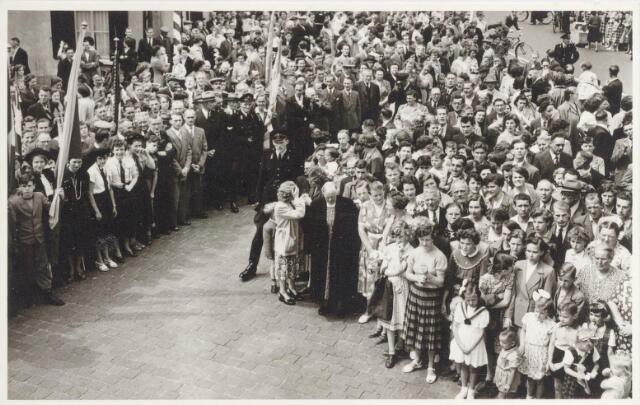047344 - Publiek bij het gemeentehuis tijdens de inhuldiging van burgemeester Elsen. Op de achtergrond de Bergstraat. Links boven de woning van de gezusters Van Croonenburg.