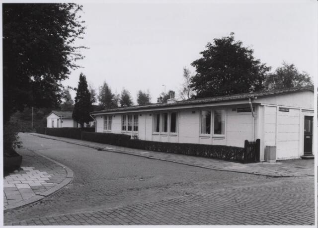 023021 - Wederopbouw. Maycrete-woningen, noodwoningen,  aan de Joannes Berisstraat. Ze werden gebouwd in 1946 als tijdelijke woonruimte. Tilburg kreeg 70 van deze woningen toegewezen, waarvan er 28 werden gebouwd in het Bokhamergebied waartoe de Joannes Berisstraat behoort. Deze pre-fab woningen kwamen er dankzij de Marshall-hulp en worden nog steeds bewoond.