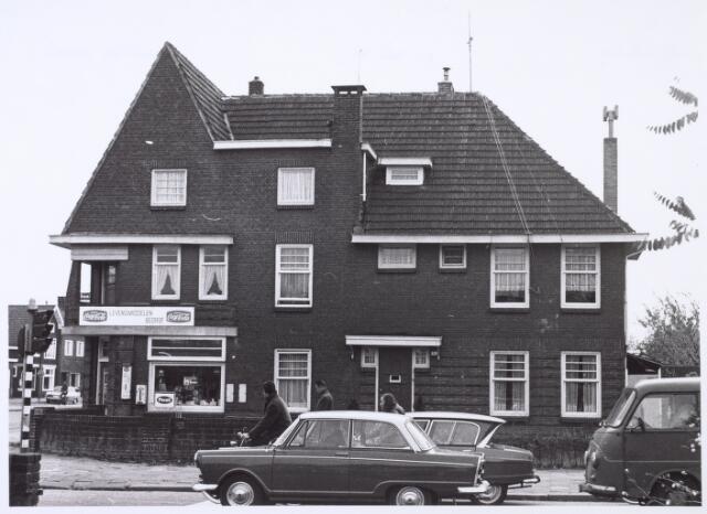 016398 - De levensmiddelenzaak van Jan van Stiphout aan de Bredaseweg