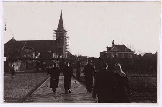 012760 - Tweede Wereldoorlog. Bevrijding. Spoorwegviaduct aan de Ringbaan-Oost tijdens Kerstmis 1945. De Sacramentskerk, die tijdens de gevechten in oktober 1944 zwaar beschadigd raakte, staat in de steigers