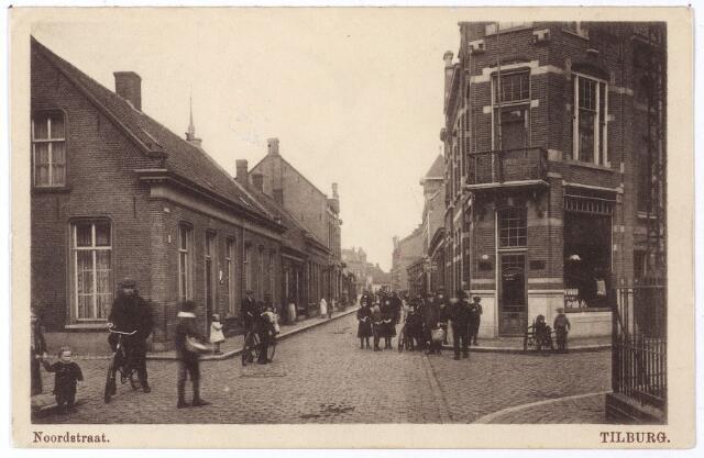 001720 - Noordstraat, ten noorden van de splitsing met de Fabriekstraat en de Utrechtsestraat.Rechts op de hoek met de Utrechtsestraat het pand van de firma Boink-Meijer. Links achter de huizen een torentje van de kerk van de Noordhoek.