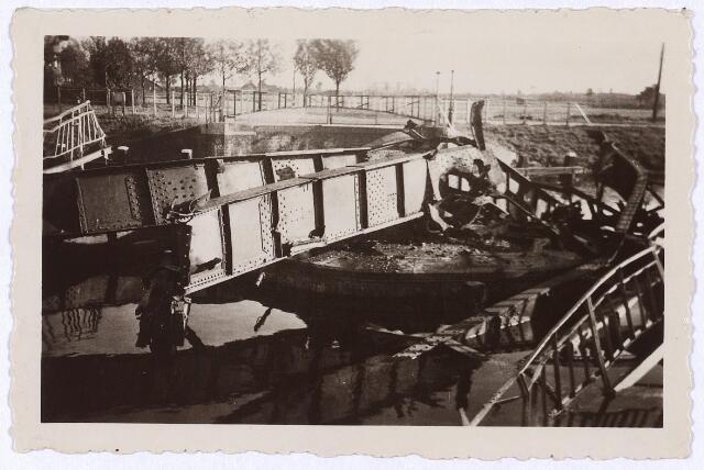 012378 - Tweede Wereldoorlog. Vernielingen. Door de Duitsers vernielde draaibrug bij de Oisterwijksebaan