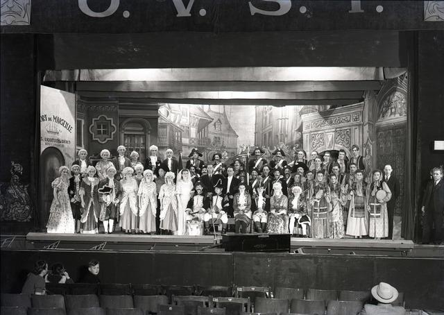 """653704 - Cultuur. Tilburgse Operettevereniging. Voorstelling van """"De dochter van de Tamboer Majoor"""" van J. Offenbach. Regisseur was Gerrit Auerbach, solisten waren J. Weyters, M. van de Sanden de Jong, R. Brands, L. Verbunt en J. Heuvelmans."""