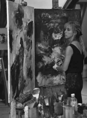 TLB023000952_001 - Charlotte Molenkamp aan het werk in haar atelier.