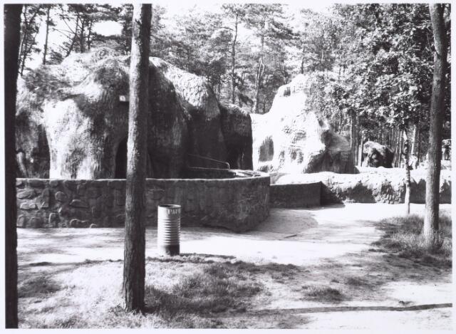 016278 - Dierentuin. Zeleeuwenverblijf in het dierenpark aan de Bredaseweg. Oorspronkelijk heette het Burgers Dierenpark en werd later overgenomen door de firma Van Dijk. In augustus 1973 werden de poorten gesloten