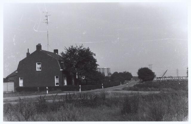 020693 - Hazennest in 1969. Op de achtergrond flats in aanbouw