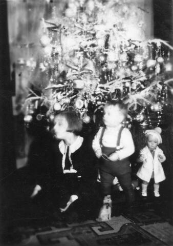 066322 - Kerstfeest bij de familie Rossmeisl aan Juliana van Stolbergstraat, waar de familie winkel dreef in muziekinstrumenten.