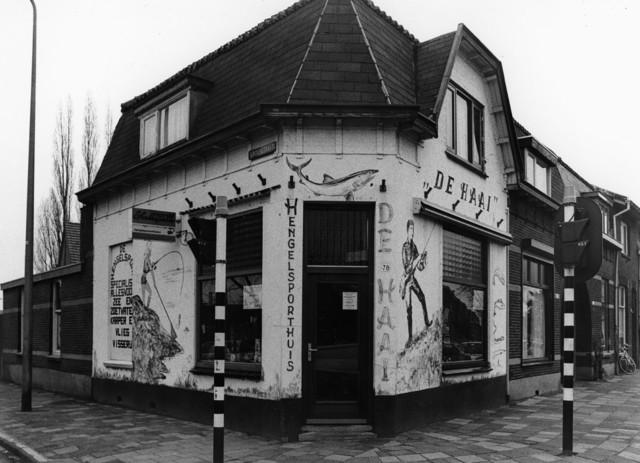 """1238_F0325 - Winkel op de hoek van de Groenstraat en de Broekhovenseweg. Hengelsporthuis """"De Haai"""""""