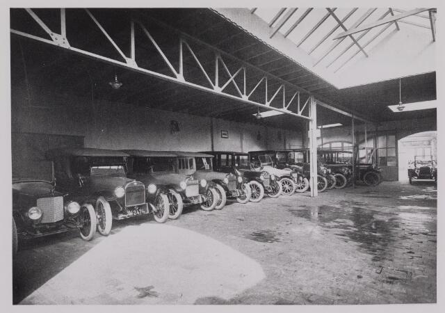 040395 - Motorvoertuigen. Hal met Fordauto's  van de garage van Th.A.M: Knegtel, handelaar in auto's. Forddealer. De eerste zending Fords uit Detroit Amerika.