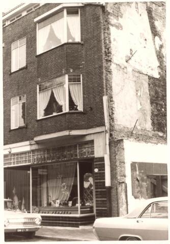 021848 - De winkel van J. Vermeer aan de Zomerstraat. De panden ernaast zijn gesloopt ten behoeve van de aanleg van de Schouwburgring