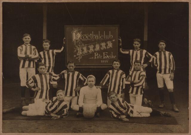 049717 - Leden van voetbalclub Aurora, patronaatsteam van de parochie Heike.
