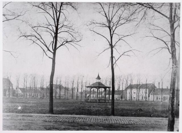 035101 - Begin van de aanleg van het Wilhelminapark; gezien vanuit de Gasthuisstraat met Muziekkiosk