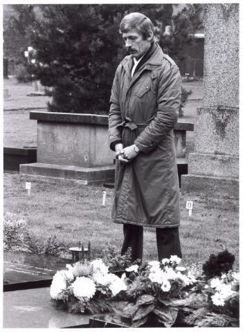 016033 - Biddende man bij een graf op het kerkhof aan de Bredaseweg