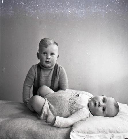 654722 - Portret van 2 jonge kinderen.