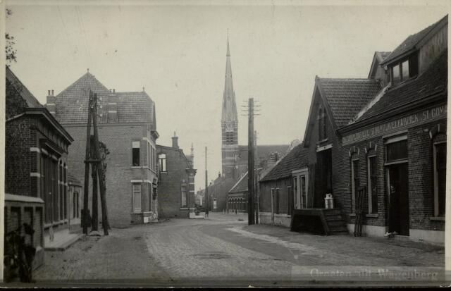 """91844 - Straatbeeld met rechts """"Coöperatieve Stoomzuivelfabriek St. Gomarus"""". Op de achtergrond is de toren van de St. Gummaris kerk duidelijk te zien. Links achter de elektriciteitspaal staan ook twee woningen die bij de bevrijding eind 1944 zijn verwoest."""