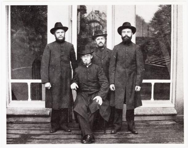 007801 - Missionaris Henri F. Rutten (1873-1904) met de fraters Plasschaert, Deen en Hamers voor het vertrek uit Antwerpen naar Nieuw-Guinea.
