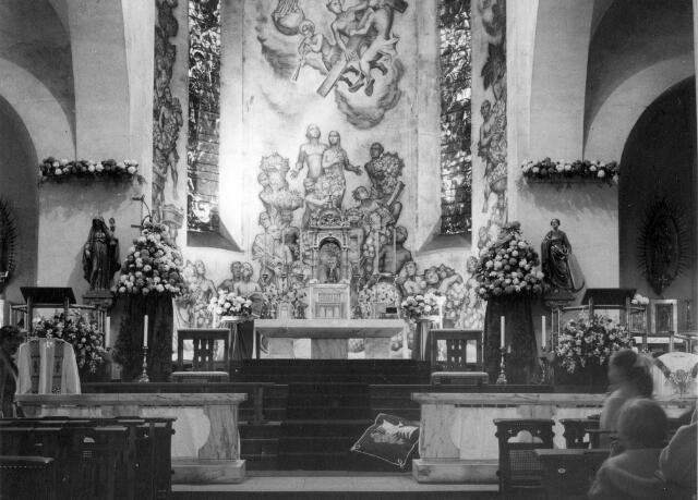 065701 - Priesterkoor van de St. Dionysiuskerk na de verwijdering van het neo-barok altaar. De absisschildering is van Jos ten Horn en dateert uit 1938. De beelden links en rechts van de absis zijn afkomstig van het voormalige altaar.